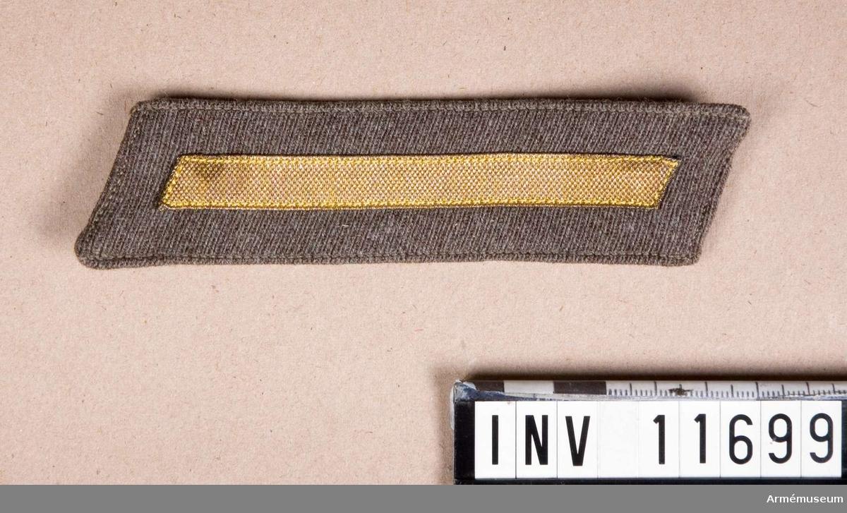 Grupp C I. Skoltecken m/1946 för värnpliktigt manskap, gruppchefsskola. Diagonaltyg.