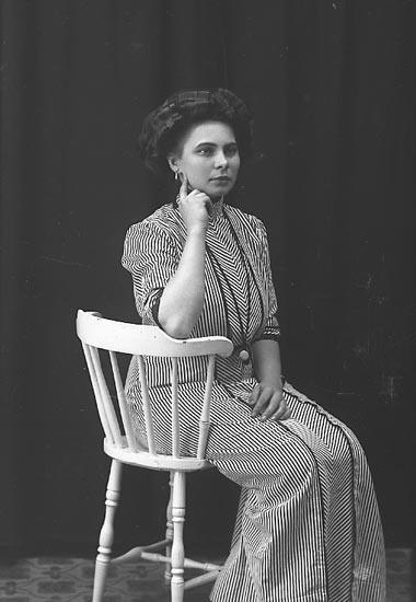 "Enligt fotografens journal Lyckorna 1909-1918: ""Jansson, Herr ? Lyckorna"". Enligt fotografens notering: ""Elin Jansson""."