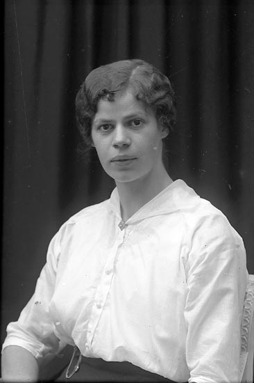 """Enligt fotografens journal Lyckorna 1909-1918: """"Monberg, Fr. Ruth Coronna""""."""