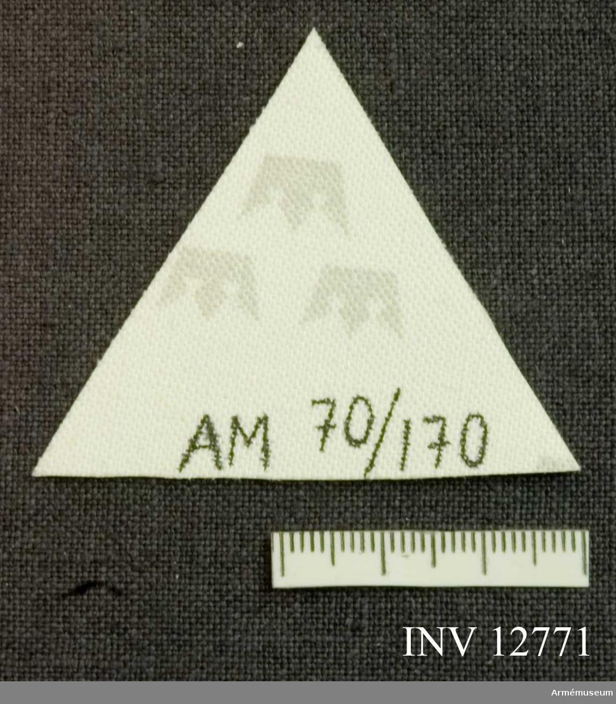 Samhörande nr är 12772. Grupp C I. Av lysväv (reflexer).Märket bäres vid 7. kompaniet, Kungliga Svea livgarde, och fäst på höger byxben över vaden på fältbyxa m/1958 och m/1959. Litet märke bäres av befäl, och stort av åldersklassen. (Tecknet är kompaniets traditionella och symboliserar en stjärnas  trigonalsken, enl. I 1 Rey I.) Märket har på detta sätt burits sedan mitter av 1960-talet.