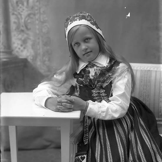 """Enligt fotografens journal Lyckorna 1909-1918: """"Andersson, Asta Grankullen, Lyckorna""""."""
