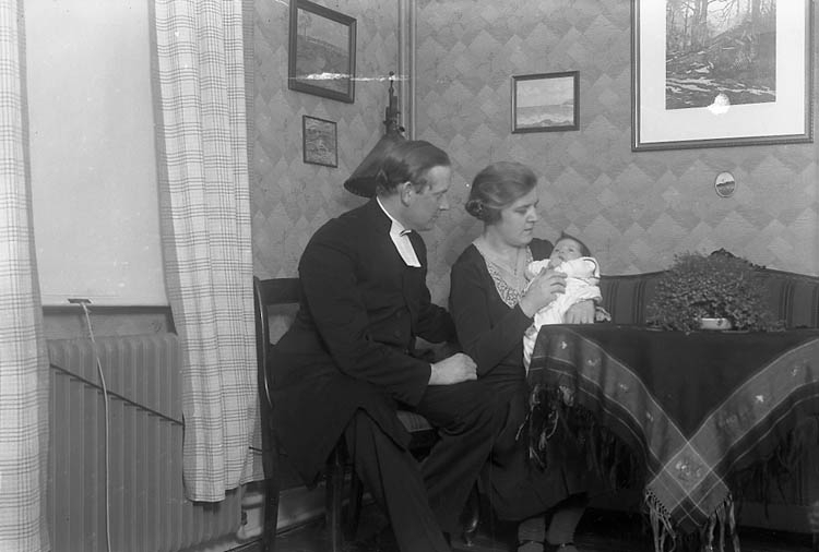 """Enligt fotografens journal nr 6 1930-1943: """"Borgås, Pastor Kråkedals Prästgård Tjörn"""". Enligt fotografens notering: """"Pastor Borgås flicka, Kråkedals prästgård Höviksnäs""""."""