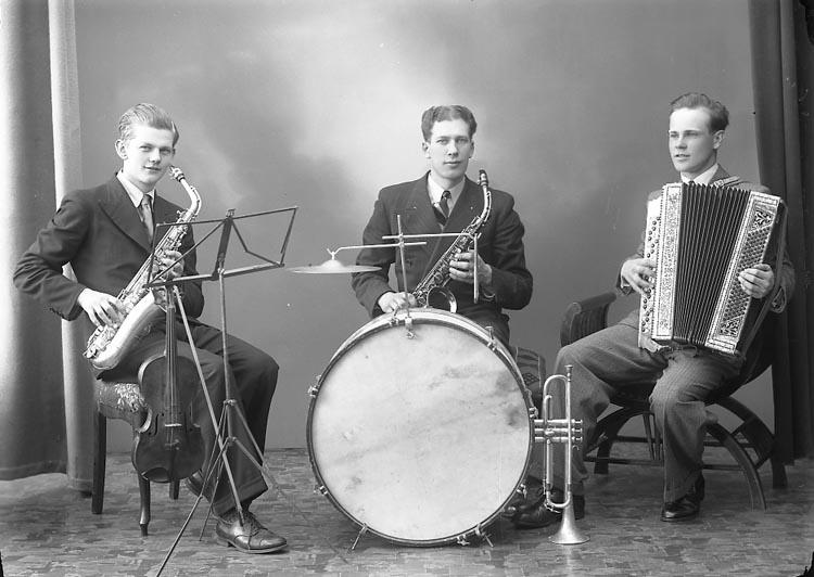 "Enligt fotografens journal nr 6 1930-1943: ""Karlsson, Herr Osborn Musik Stenungsund""."