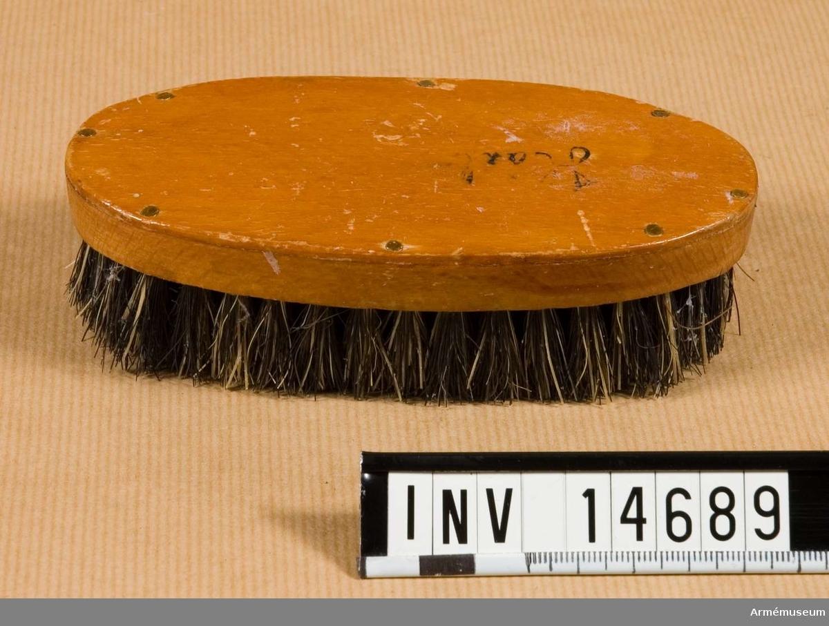 Borste för hår, halvrund med svart-grått svinborst.
