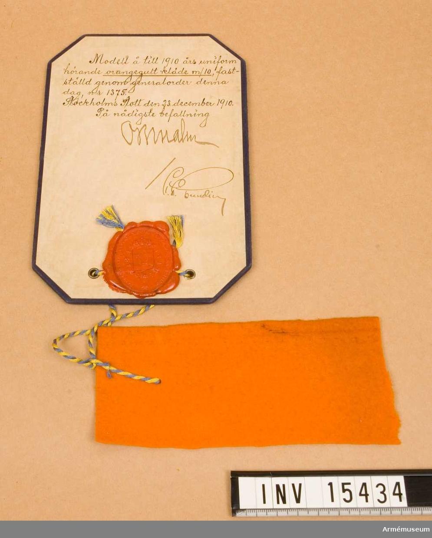 Grupp C III.  Orangegult. Ett hörn bortklippt. Modell t 1910 års uniform genom go No 1375, 1910-12-23.