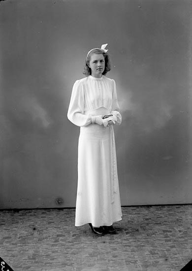 """Enligt fotografens journal nr 6 1930-1943: """"Olsson, Inger Evenås, Stenungsund""""."""