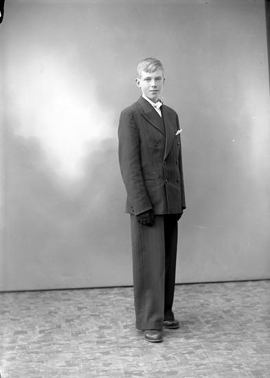"""Enligt fotografens journal nr 6 1930-1943: """"Andersson, Åke St. Askerön""""."""