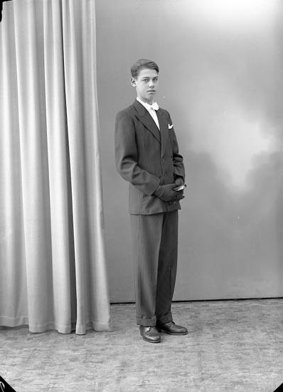 "Enligt fotografens journal nr 8 1951-1957: ""Olsson, Tore Gategård Stenungsund""."