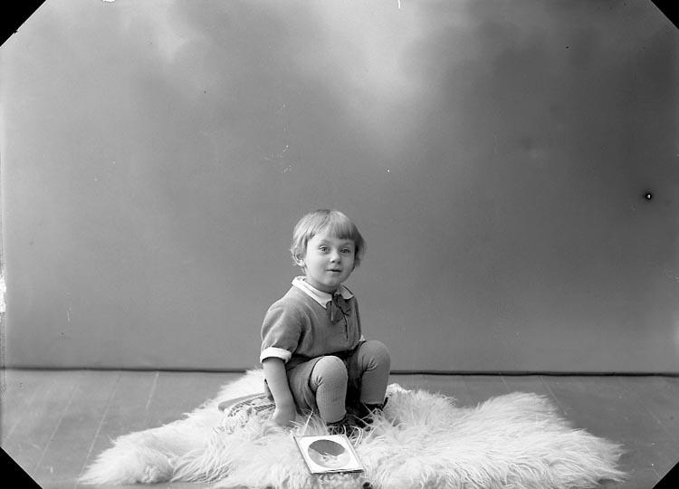 """Enligt fotografens journal nr 5 1923-1929: """"Melander, Sven Kungälv""""."""