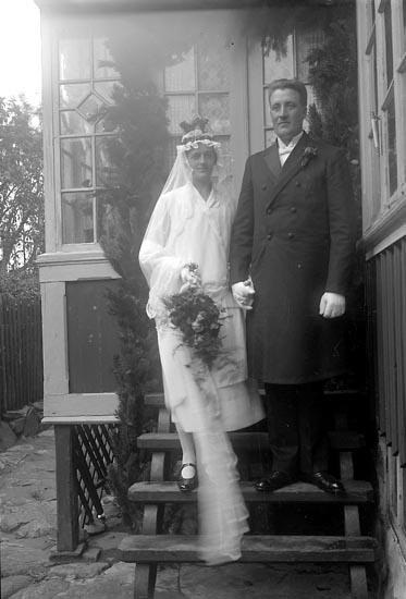 """Enligt fotografens journal nr 5 1923-1929: """"Olausson, Brudpar Höviksnäs""""."""