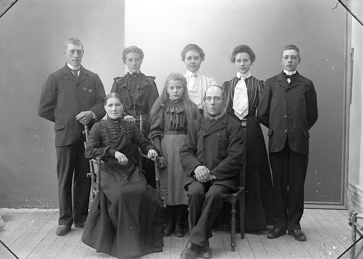 """Enligt fotografens journal nr 1 1904-1908: """"Olsson, Johannes Kärr Stenungsund""""."""