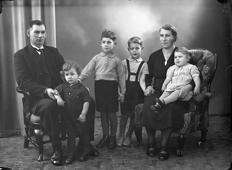 """Enligt fotografens journal nr 7 1944-1950: """"Olsson, Herr Oskar Gategård Här""""."""