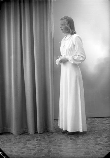 """Enligt fotografens journal nr 7 1944-1950: """"Svensson, Ann Marie Hagen Ödsmål""""."""