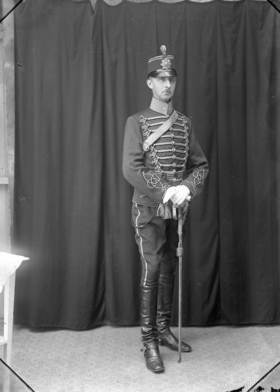 """Enligt fotografens journal Lyckorna 1909-1918: """"Hofverberg, Löjtnant, Ljungskile""""."""