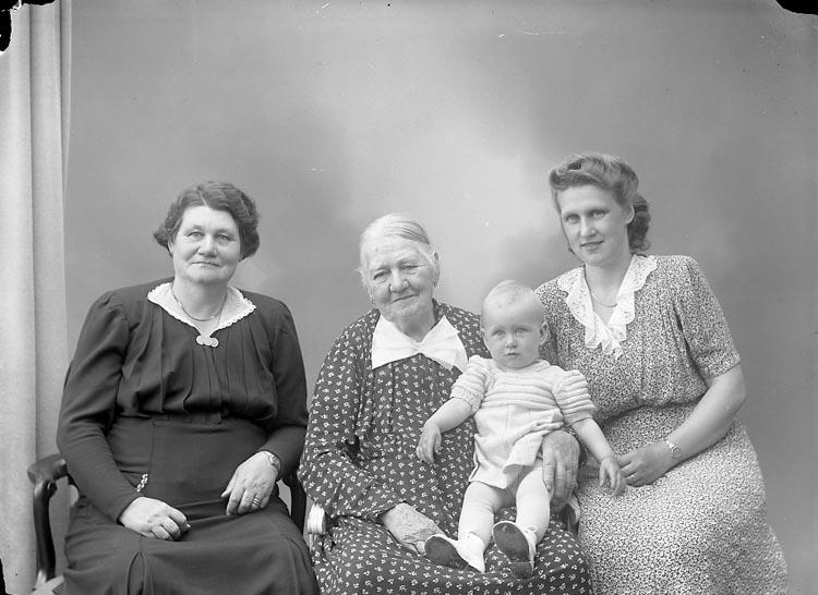 "Enligt fotografens journal nr 7 1944-1950: ""Hermansson, Fru Anna Stenungsund 4 generationer""."