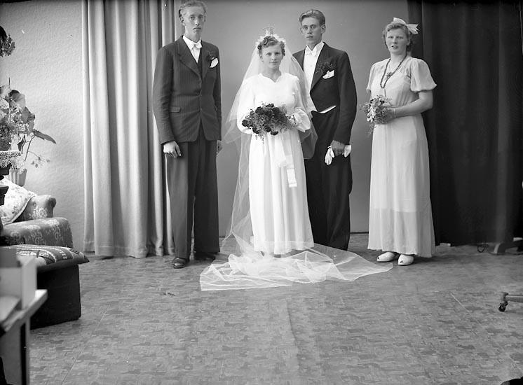 """Enligt fotografens journal nr 7 1944-1950: """"Johansson, Herr Henning Holm Gilleby""""."""