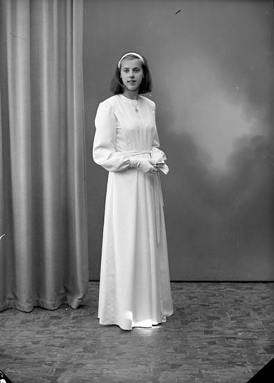 """Enligt fotografens journal nr 7 1944-1950: """"Sjöholm, Kathe Stenungsund""""."""