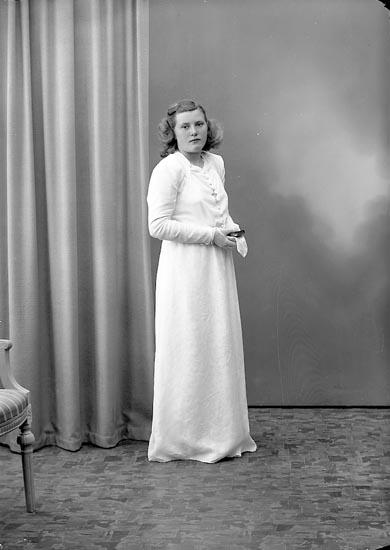 """Enligt fotografens journal nr 7 1944-1950: """"Johansson, Ingrid Löfhammar Här""""."""