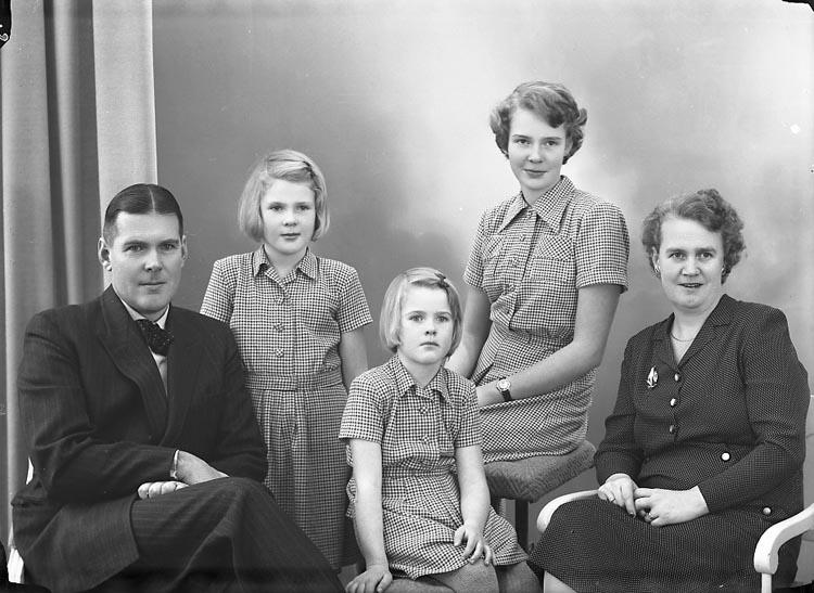 """Enligt fotografens journal nr 7 1944-1950: """"Höglund, Lantmätare Här""""."""