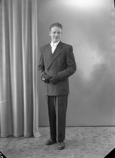 "Enligt fotografens journal nr 7 1944-1950: ""Olsson, Lennart Stenung""."
