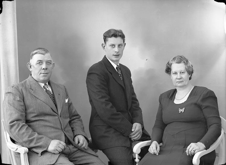 """Enligt fotografens journal nr 7 1944-1950: """"Axelsson, Herr Fredrik Åker Här""""."""