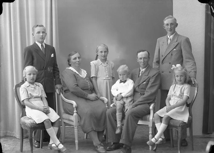 """Enligt fotografens journal nr 7 1944-1950: """"Svensson, Herr Henning, Rishammar, Skårby""""."""