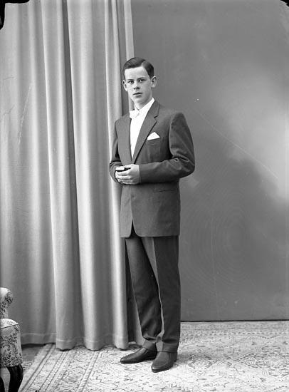 """Enligt fotografens journal nr 8 1951-1957: """"Carlsson, Bo Liden, Ödsmål""""."""