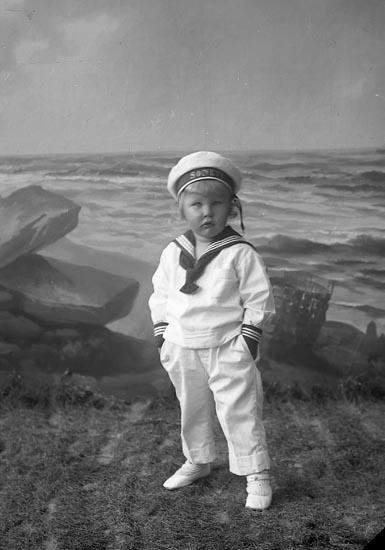 """Enligt fotografens journal nr 4 1918-1922: """"Hallberg, Bengt med händerna i fickorna""""."""