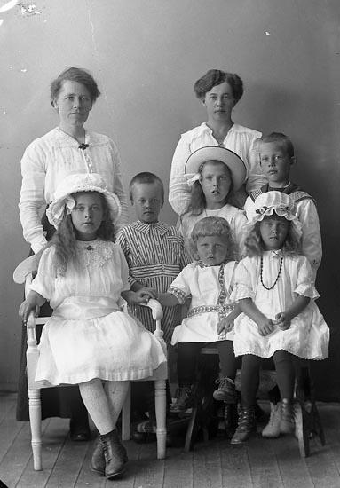 """Enligt fotografens journal nr 4 1918-1922: """"Hansson, Fru Hällebäck Här""""."""