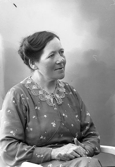 """Enligt fotografens journal nr 6 1930-1943: """"Andersson, Fr. Albertina Hövik Höviksnäs""""."""