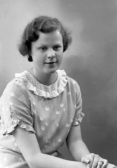 """Enligt fotografens journal nr 6 1930-1943: """"Norberg, Kerstin Ödsmål""""."""
