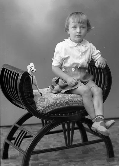 """Enligt fotografens journal nr 6 1930-1943: """"Johansson, Rolf S. Houg Här""""."""
