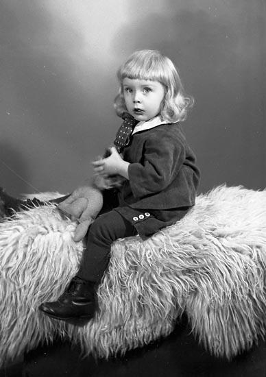 """Enligt fotografens journal nr 6 1930-1943: """"Olofsson, Jim Ödsmål""""."""