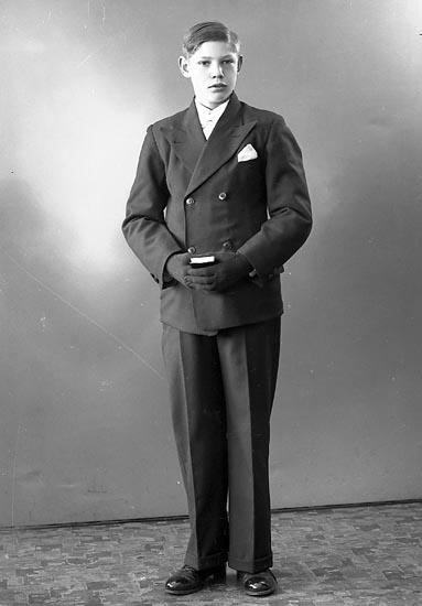 "Enligt fotografens journal nr 6 1930-1943: ""Karlsson, Karl Houg Stenungsund""."