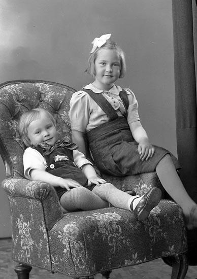 """Enligt fotografens journal nr 6 1930-1943: """"Aronsson, Bengt o Maj Britt Kopper Här""""."""
