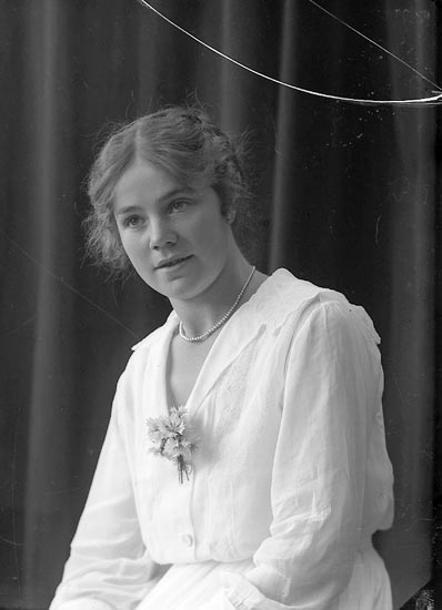 """Enligt fotografens journal nr 4 1918-1922: """"Hallgren, Issie Ödsmål""""."""