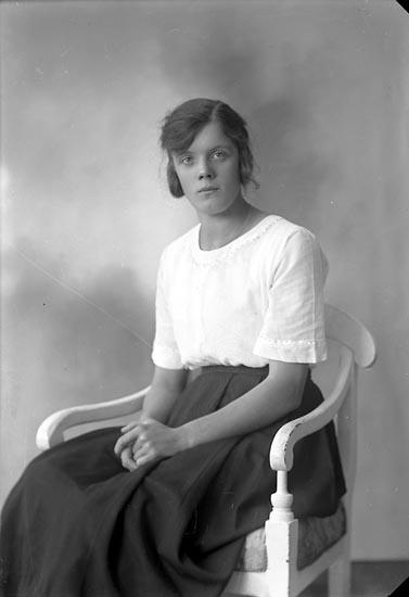 """Enligt fotografens journal nr 4 1918-1922: """"Johansson, Ingrid Åker Här""""."""