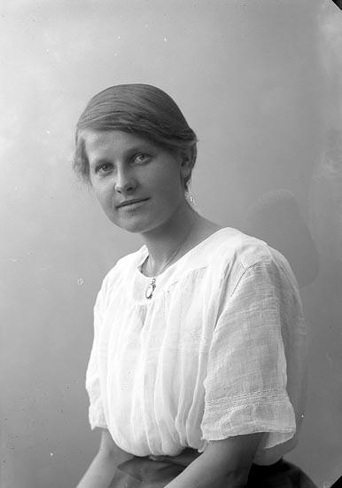 "Enligt fotografens journal nr 4 1918-1922: ""Hermansson, Gunhild Kollugneröd""."