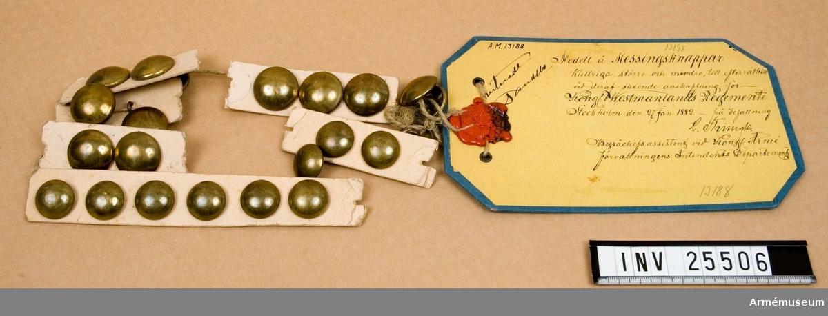 Samhörande gåva 25505-6, knappar, större och mindre.Kullrig knapp m/1882 större för Västmanlands reg.Grupp C I.