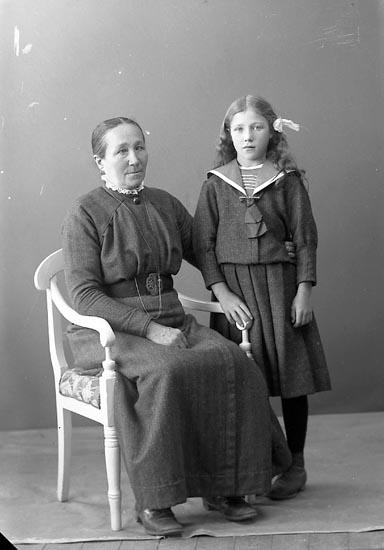 "Enligt fotografens journal nr 2 1909-1915: ""Johansson, Hilda, Ålebacken, Berg Ucklum""."