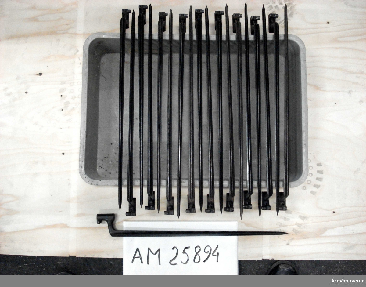 Grupp E II. Bajonett av äldre modell, 8 mm.
