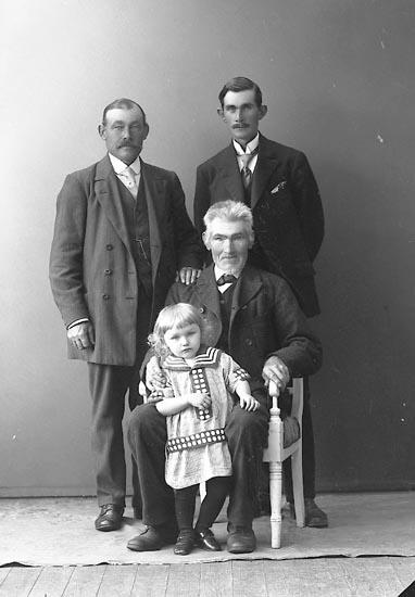 """Enligt fotografens journal nr 3 1916-1917: """"Hogström, Banvakt Här"""". Enligt fotografens notering: """"Hogström banvakt med far, farfar o son St-sund""""."""