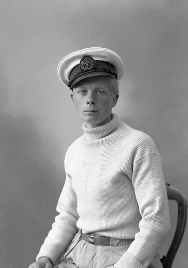 """Enligt fotografens journal nr 7 1944-1950: """"Jacobsson, Herr Sven Ödsmål""""."""