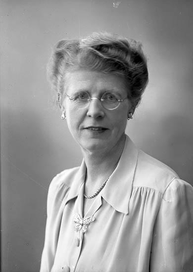 """Enligt fotografens journal nr 7 1944-1950: """"Röing, Fru Ebba Piteå""""."""