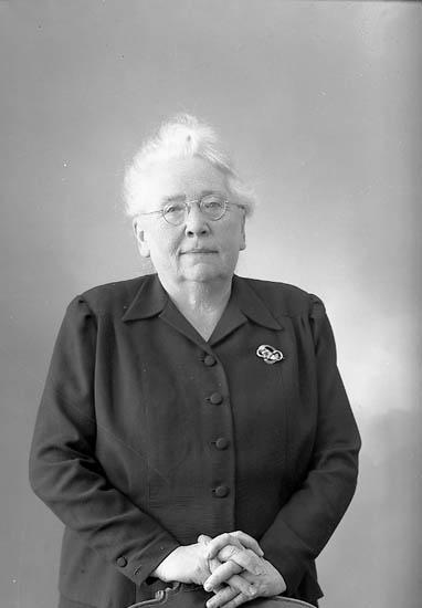 "Enligt fotografens journal nr 7 1944-1950 ""Jacobsson, Fr. Olga adr. Bankdirektör J""."