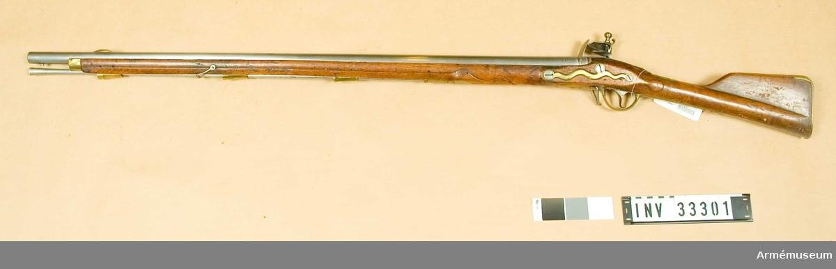"""Grupp E II. På kolven en mässingsplåt med Fredrik II:s namnchiffer """"F R"""". Märkning på låset.  Samhörande nr 33301-2, gevär, bajonett."""
