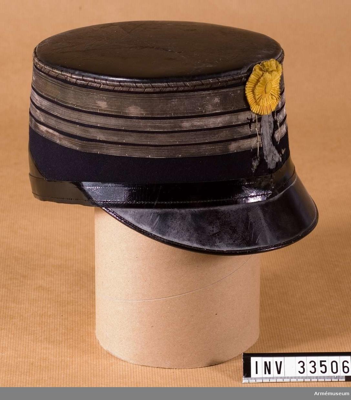 Grupp C I. Ur uniform för officer, överste, vid Livregementets husarer; 1895-1910. Består av dolma, byxor, kartusch, kartuschrem, knutskärp, mössa, plym, stövletter, sporrar, mössa, läderfodral. Buren av friherre W. von Essen