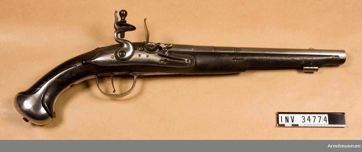 """Grupp E III b. Nominal kaliber: 16 mm, verklig: 15,7 mm. Pistolen har ändrats från en pistol av samma typ som AM 1932:4751. Pipa, lås och beslag äro gjorda i Jönköping 1713. På kammarstycket finnes upptill till höger Jönöpings ring på mitten en stämpel med årtalet 1713, rester av en kronstämpel, bokstaven K och C A. På vänstra sidan sitter en stämpel, med S B R i monogram. På undersidan finnes även sistnämnda stämpel samt dessuton en med ett monogran av A V. Pipan har förkortats. Den har två häften och korsstruven går uppifrån. På låsblckets utsida finnes en stämpel med bokstaven I i skrivstil och en med ett monogram av T B. Stocken är svart och av björk. Den är vida enklare än stockar m/1704 och m/1716 samt är ej falsad längs laddstocksrännans kanter och har ej förhöjning kring svansskruvsstjärten. Beslagen är de ursprungliga. På varbygelns främre arm finns en stämpel med I P under en krona. Laddstocken är förkommen.  Pistolen kallas i Karlsborgs gevärsförråds reversal för m/1704. I Artillerimuseum har den alltid kallas """"pistol med flinlås m/1716, kort, för kavalleriet"""". I själva verket är det fråga om en reperationsmodell från Gustav III:s tid, med största sannolikhet från kriget 1788-1790. De på pipan inslagna bokstäverna C A förkomma ofta på nya gevär och vapen av reperationsmodellr från Gustaf III:s regering, så t.ex å AM 1932;.4164, infanterigevär m/1791."""