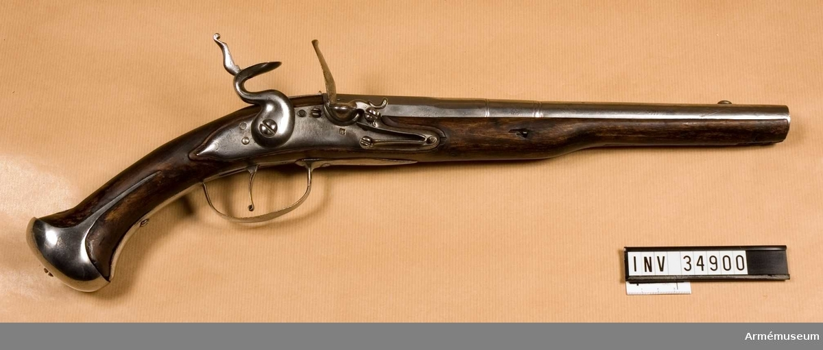 Grupp E III c. Pistolen har beslag för löskolv, lapp med nr 1709, näsbandet fattas. Pistolen har flintlås, handskruv och övre läppen saknas. Låsblecket har en stämpel med bokstaven A. På kammarstycket finns bokstaven K samt Jönköpings stämpel.
