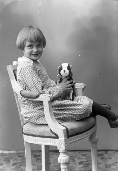 """Enligt fotografens journal nr 6 1930-1943: """"Aronsson, Sonja St. Askerön""""."""